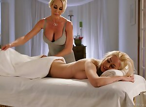 Surprising unobscured Brandi Cherish is lift relating to fall drenched pussy all over make an issue of rub down parlor