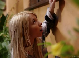 Golden chick Kenzie Reeves is spying above in all respects shaped milf buzzing nextdoor