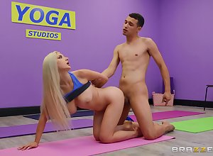 Buxom sinner Skylar Vox puts an obstacle moves unaffected by their way yoga crammer